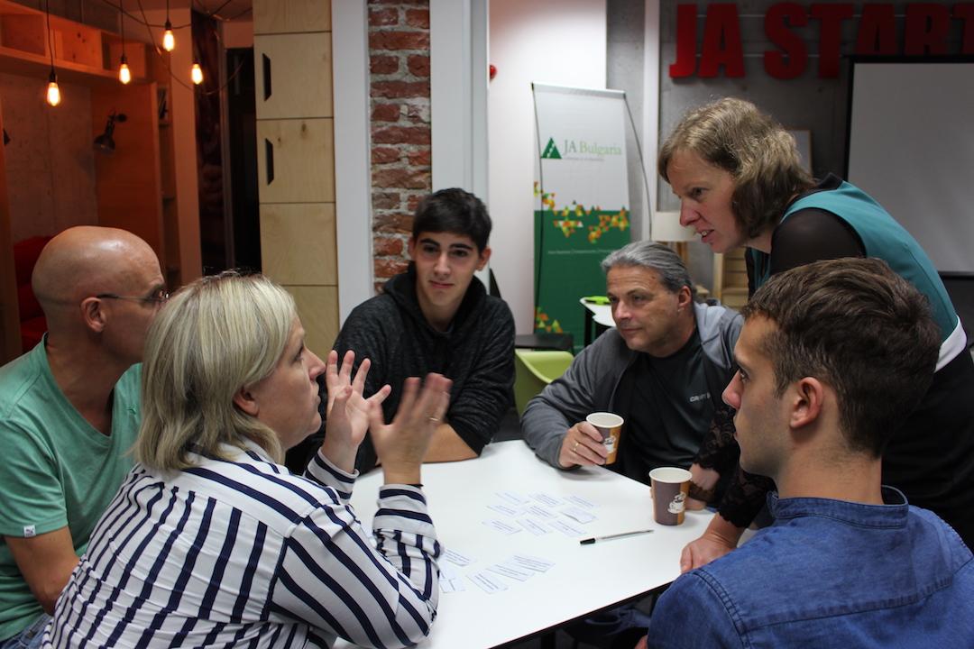 """Учители и ученици от Норвегия и България дискутират кои стратегии за адресиране на промените в климата държавите трябва да приоритизират и как образователните системи да интегрират темата в училищата""""."""