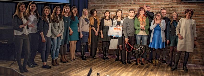 Три млади дами, изучаващи програмите на JA победители в конкурса Entrepregirl v3.0